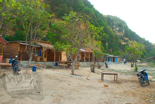 Area parkir kendaraan luas menapung bus di Pantai Pok Tunggal, Gunungkidul