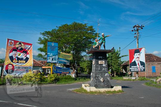 Tugu pahlawan di Kecamatan Bayat, Klaten, Jawa Tengah semasa musim pilkada pada zaman dulu Mei 2013