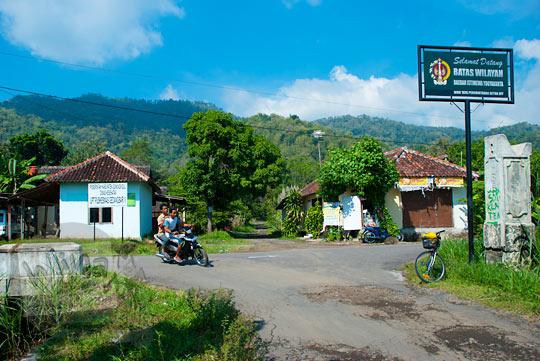 Papan batas wilayah provinsi Gedangsari, Gunungkidul dan Bayat, Klaten pada zaman dulu Mei 2013
