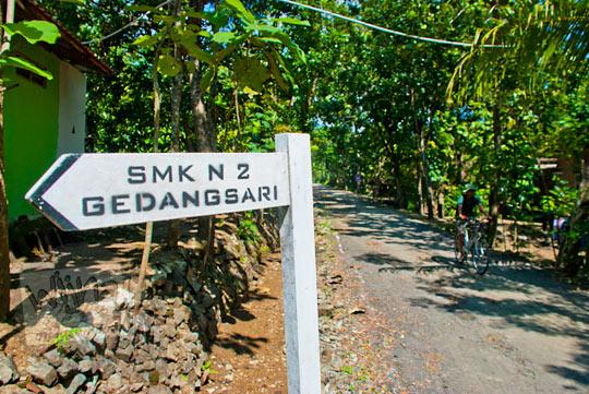 papan petunjuk arah menuju SMK Negeri 2 Gedangsari, Gunungkidul pada zaman dulu Mei 2013