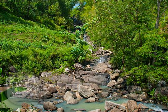 jalan bercabang menuju air terjun curug tingkat yang ada di gedangsari, gunungkidul, yogyakarta pada zaman dulu Mei 2013