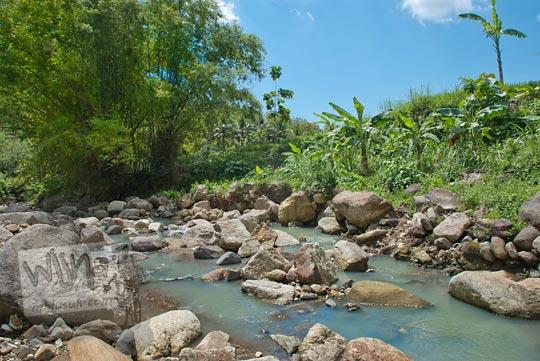 sungai jernih berbatu besar yang menjadi muara dari air terjun tersembunyi di gedangsari, gunungkidul, yogyakarta bernama curug nglarangan pada zaman dulu Mei 2013