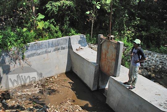 pakdhe timin di depan pintu air di dekat Curug Ngalarangan, Gedangsari, Gunungkidul