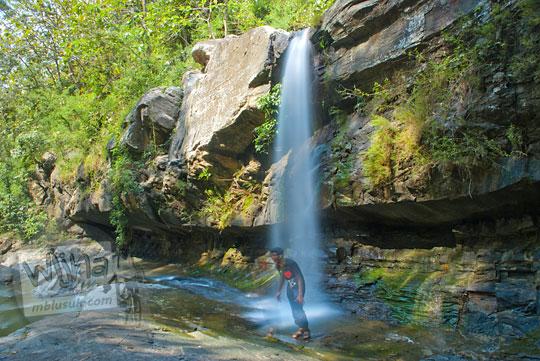 pengunjung main air berbasah-basahan di air terjun Nglarangan, Gunungkidul yang masih sepi