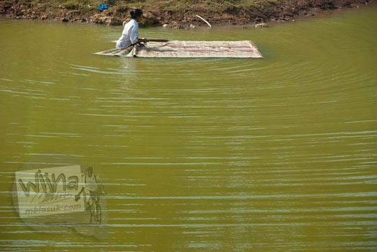Warga mencuci tikar di Telaga Dendengwelut yang ada di Kecamatan Panggang, Gunungkidul pada zaman dulu Juni 2014