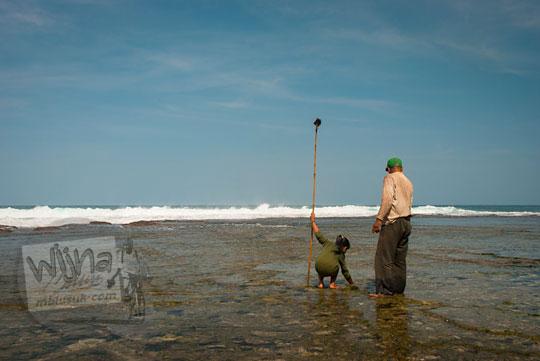 cewek desa bebas main air telanjang di pantai ngunggah, gunungkidul pada zaman dulu Juni 2014
