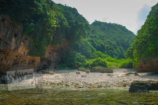 wujud pantai ngunggah, gunungkidul yang merupakan muara sungai purba pada zaman dulu Juni 2014