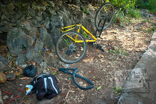 ban sepeda bocor saat perjalanan pulang dari pantai ngunggah, gunungkidul pada zaman dulu Juni 2014