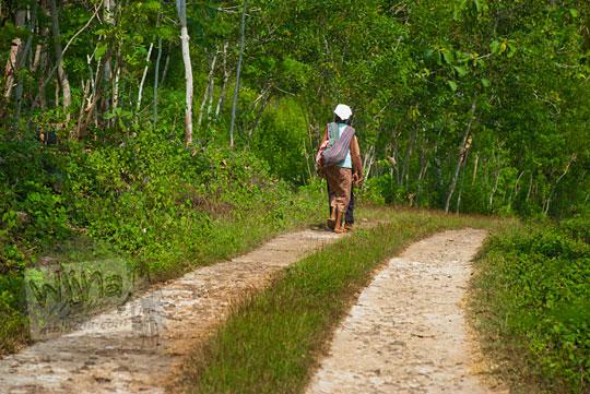 warga desa berjalan kaki menuju pantai ngunggah, gunungkidul pada zaman dulu Juni 2014