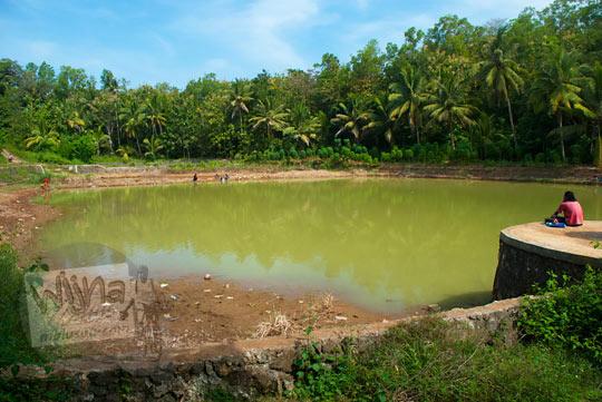 Suasana warga yang memancing di Telaga Sumurwuni yang ada di Kecamatan Panggang, Gunungkidul pada zaman dulu Juni 2014