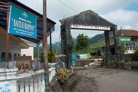 foto gapura selamat datang desa tulungrejo di kota batu jawa timur zaman dulu pada november 2014