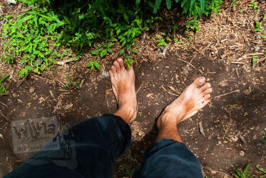 foto orang telanjang kaki ke air terjun coban talun di kota batu jawa timur zaman dulu pada november 2014