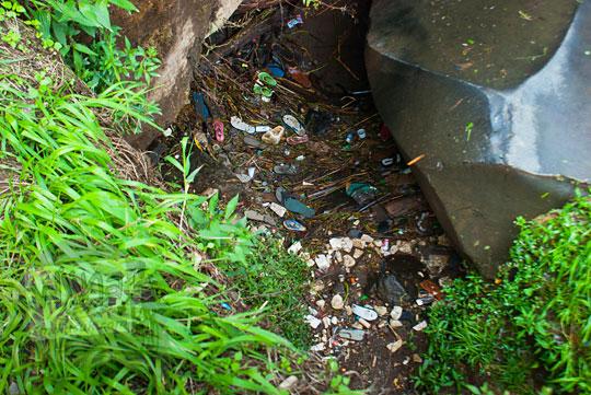 foto sampah berserakan di dasar air terjun coban talun di kota batu jawa timur zaman dulu pada november 2014