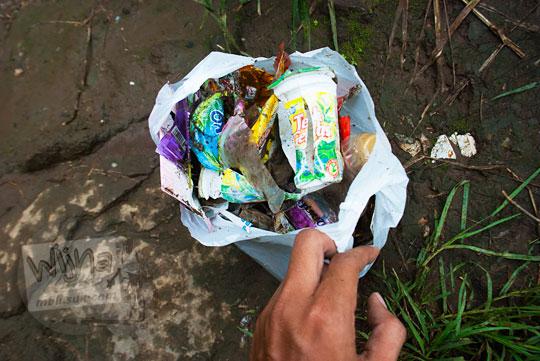 foto kumpulan sampah plastik di air terjun coban talun di kota batu jawa timur zaman dulu pada november 2014