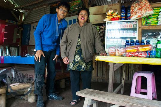 foto ibu pemilik warung air terjun coban talun di kota batu jawa timur zaman dulu pada november 2014