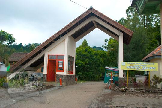 foto gapura masuk kawasan wisata air terjun coban talun di kota batu jawa timur zaman dulu pada november 2014