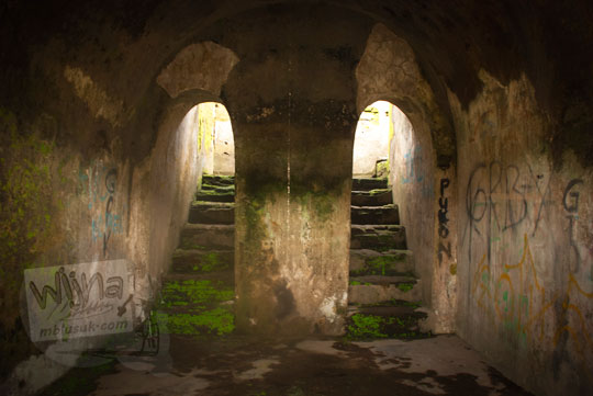 foto lorong dua tangga di pesanggrahan rejowinangun peninggalan sultan hamengkubuwono ii di yogyakarta pada zaman dulu maret 2012