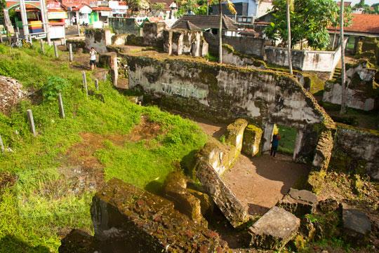 foto tampak atas reruntuhan pesanggrahan rejowinangun peninggalan sultan hamengkubuwono ii di yogyakarta pada zaman dulu maret 2012