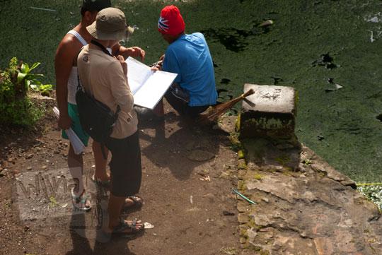 foto pria mengisi buku tamu pesanggrahan warungboto peninggalan sultan hamengkubuwono ii di yogyakarta pada zaman dulu maret 2012