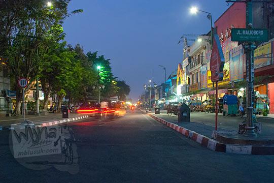 suasana jalan maliboro pukul 5 pagi saat sepi banget pada zaman dulu Juni 2014
