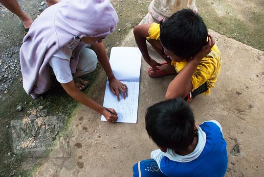 mengisi buku tamu pengujung Grojogan Sewu, Kulon Progo, Yogyakarta oleh Dani Iswahyuni