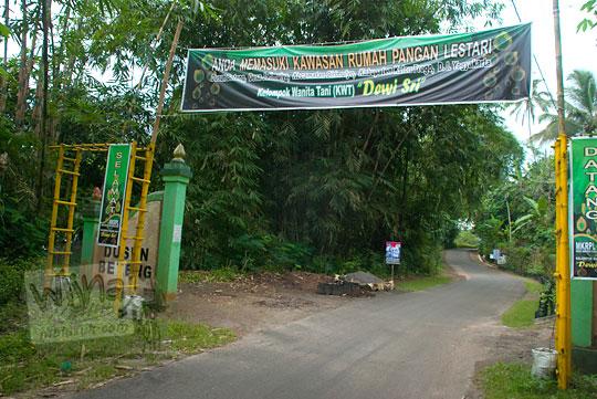 gapura Dusun Beteng menjelang masuk lokasi air terjun Grojogan Sewu, Kulon Progo, Yogyakarta