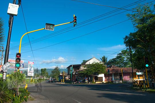 Perempatan Kenteng di Nanggulan, Kulon Progo arah ke Goa Kiskendo pada zaman dulu April 2014