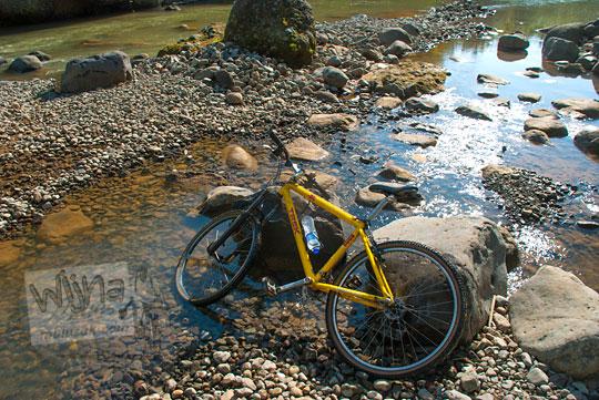 Tradisi dan budaya mencuci sepeda di Sungai Kayangan, Girimulyo, Kulon Progo pada zaman dulu April 2014