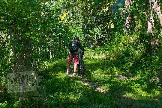 Bersepeda masuk hutan di seputar wilayah Girimulyo, Kulon Progo mengelilingi Bukit Kayangan pada zaman dulu April 2014