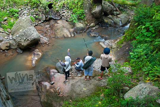 Para pemancing menyalurkan hobi mereka memancing di sungai yang mengalir di bawah jembatan tua di Dusun Kalingiwo, Desa Pendoworejo di Kecamatan Girimulyo, Kulon Progo pada zaman dulu April 2014