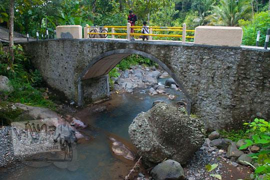 Jembatan dengan pemandangan alam yang indah di Dusun Kalingiwo, Desa Pendoworejo di Kecamatan Girimulyo, Kulon Progo pada zaman dulu April 2014
