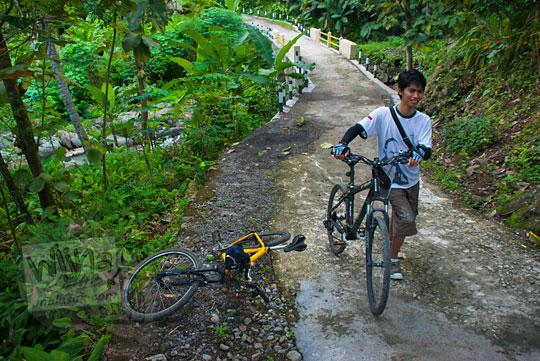 Bersepeda mengelilingi Bukit Kayangan di Kecamatan Girimulyo, Kulon Progo, Yogyakarta pada zaman dulu April 2014