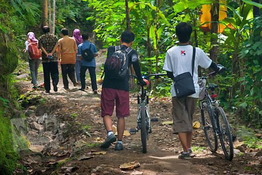 Mengelilingi Bukit Kayangan dipandu petugas dari Puskesmas di Kecamatan Girimulyo, Kulon Progo, Yogyakarta pada zaman dulu April 2014