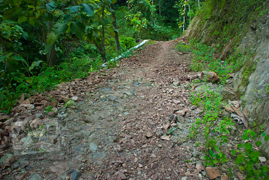 Jalan hancur rusak parah yang ada di pelosok wilayah kecamatan Girimulyo, Kulon Progo, Yogyakarta pada zaman dulu April 2014