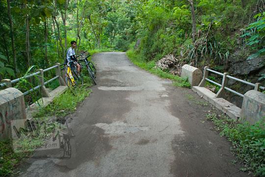 Jembatan yang mengalir sungai membentuk air terjun di Girimulyo, Kulon Progo, Yogyakarta pada zaman dulu April 2014