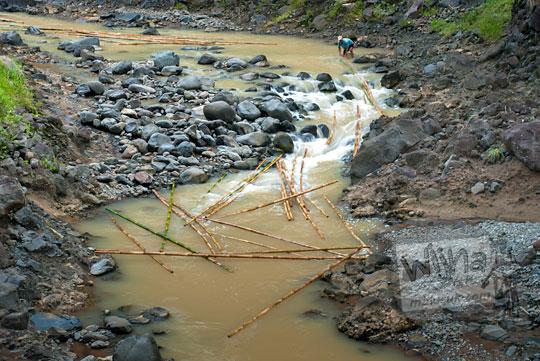 Warga Girimulyo, Kulon Progo, Yogyakarta memanfaatkan Sungai Progo untuk memindahkan bambu-bambu dengan cara dihanyutkan ke sungai pada zaman dulu April 2014