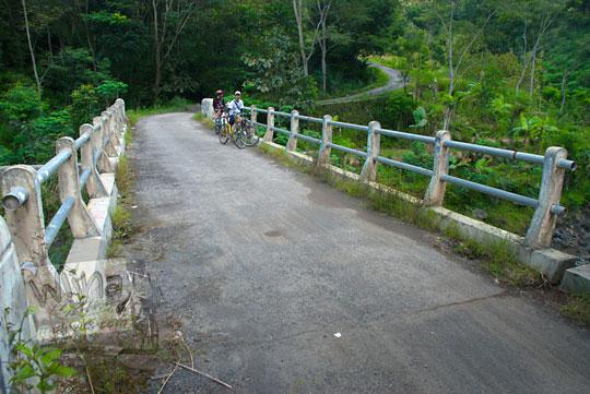 Jembatan besar yang mengalir Kali Progo di Girimulyo, Kulon Progo, Yogyakarta pada zaman dulu April 2014