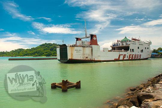 Pemandangan kapal Ferry Virgo 18 yang berlabuh di Pelabuhan Merak, Banten pada zaman dulu Maret 2015
