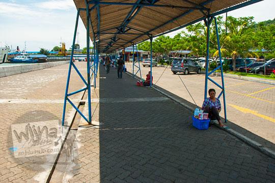 Pedagang asongan menggelar dagangan di selasar Pelabuhan Merak, Banten pada zaman dulu Maret 2015