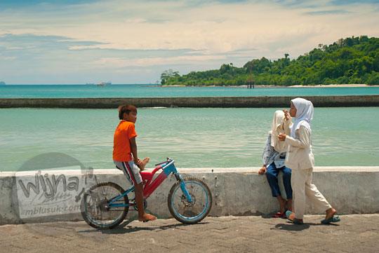 Anak-anak kecil dan remaja pacaran serta bercengkrama dan bermain di Pelabuhan Merak, Banten pada zaman dulu Maret 2015