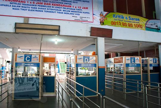 Loket penjualan tiket ferry Virgo 18 yang berlabuh di Pelabuhan Merak, Banten pada zaman dulu Maret 2015