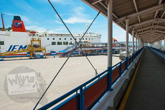 Jalan anjungan menuju kapal Ferry Virgo 18 di Pelabuhan Merak, Banten pada zaman dulu Maret 2015