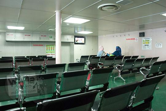 Suasana di dalam ruang tunggu kapal Ferry Virgo 18 di Pelabuhan Merak menuju Pelabuhan Bakauheni dilengkapi AC dan televisi pada zaman dulu Maret 2015