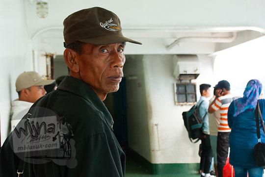 Penumpang pria paruh baya yang tersesat dan kebingungan di Pelabuhan Merak, Banten pada zaman dulu Maret 2015