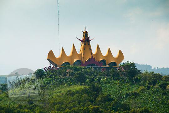 Menara Siger di dekat Pelabuhan Bakauheni, Lampung yang dilihat dari atas kapal ferry Virgo 18 pada zaman dulu Maret 2015