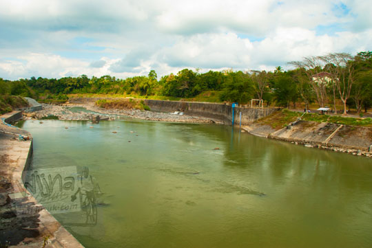 foto pemandangan kali progo dari bendungan karang talun di wilayah magelang pada Juli 2012