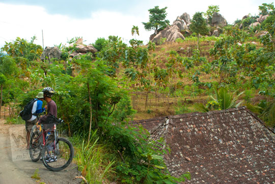 foto bersepeda melewati tambang batu granit besar di desa ngargoretno borobudur magelang