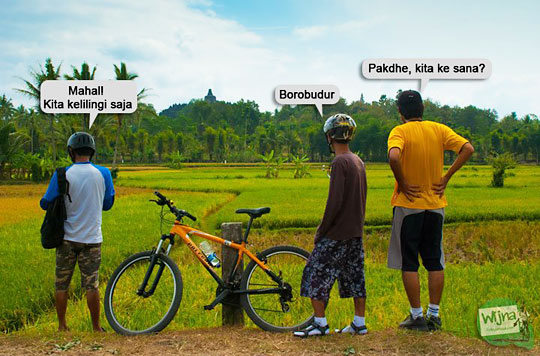 foto dialog percakapan pesepeda cowok pekok saat melihat candi borobudur dari persawahan
