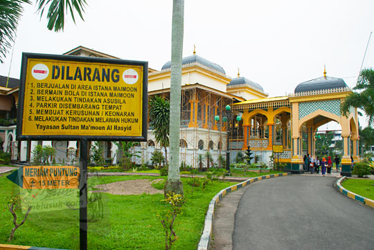 Tampak luar Istana Maimoon di Medan yang sedang direnovasi