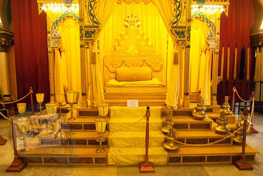 Singgasana Sultan Deli yang terbuat dari emas dipajang di Istana Maimoon Medan